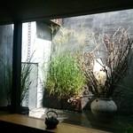 31085825 - 月ごとに変わるお庭!素敵!夜はライトアップ☆