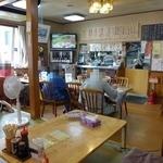 食堂関山 - 店内はテーブル席と座敷