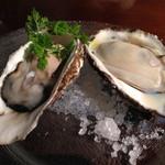 31093630 - 左:北海の仙鳳趾¥650  右:広島産の蒸し牡蠣¥350