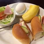 ジジ - ドリンク代でサービスされるモーニング、ハム入りホットドッグ、サラダ、バナナ、玉子付き。