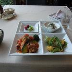 3110111 - ランチ。結構なボリューム。全部箸で食えるのもイイ。