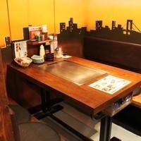 三丁目の夕日を見ながらお食事ができる半個室のテーブル席♪