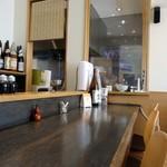 人形町 徳 - 奥はガラス張りの厨房。