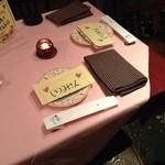 デラセラ - テーブル。お箸を割ると金粉が出てくる