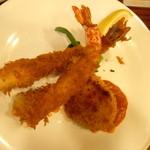 KITCHENはんおむ - ミックスフライ1280円(大海老フライ2、カニクリームコロッケ1)スープ、サラダ、ライス付