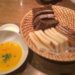 31116894 - カボチャスープとパン