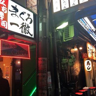 立ち寿司・立ち呑みスタイルの店内