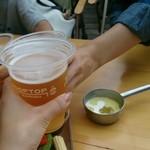 ザ ルーフ トップ - ロゴ入りカップで乾杯!
