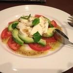 31126782 - トマト、アボカド、モッツラレチーズのサラダ