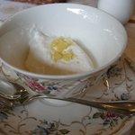 栗の木テラス - 「栗の紅茶」の紅茶を注ぐ前、クリームがカップに。