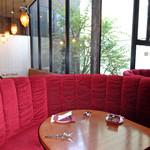 ファンゴー バンガロイド - 2F:半月型のテーブル