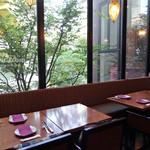 ファンゴー バンガロイド - 2 F:窓際のテーブル