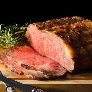 スペシャリテはジューシーな国産牛サーロインのローストビーフ