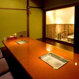 落ち着いた雰囲気の御座敷は、接待や記念日などに最適です。