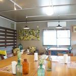 桃の農家カフェ ラペスカ - 明るい雰囲気の店内