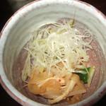 くら 料理酒処 - お通しの蒸し鶏、木耳、胡瓜の和えもの