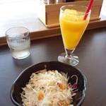 ろく丘 - サラダ、無料サービスのオレンジジュース(2014.09.29)