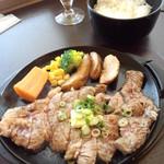 ろく丘 - 鉄板ろく丘ステーキ ごはん&サラダ付 <税抜>850円 (2014.09.29)