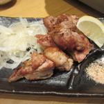酔灯屋 - 地鶏の炭火焼、備長炭で焼き上げたプリプリの地鶏です。