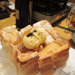 酔灯屋 - ハニーブレット、備長炭を用いた天然酵母のパンに蜂蜜がたっぷりかけられてます。  パンのみみは添えられた自家製アイスクリームと一緒にいただきました。