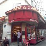 CAFE des 2 MOULINS - フランスらしいおしゃれな外観です。