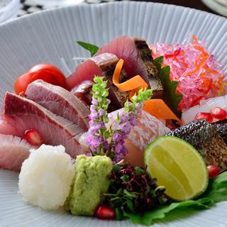 旬の新鮮な食材を使用した季節のお料理をご堪能ください。