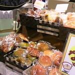 31181476 - 三種のパン、おもちが並んでいました★