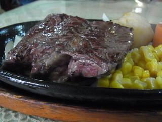 牛久亭 - ミディアムレアで焼いてもらったビーフ