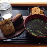 おむすび権米衛 - 梅ひじき玄米、ツナ十穀、レンコンのきんぴら、お味噌汁