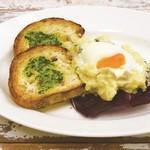 和カフェ yusoshi - とろ~り卵のポテトサラダ ガーリックトースト添え
