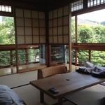 """洛陽荘 - 2014年8月:案内された""""鞍馬""""というお部屋…一番狭いタイプなのに角面窓だからすごく広く感じました"""