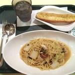 モルト・ボーノチャオ - 料理写真:日替わりランチ550円(ペペロンチーノ&ガーリックトースト)