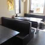 叶八 - お店の入り口付近はテーブル席、キープの焼酎が並ぶ壁の裏はお座敷席、奥にはカウンター席と幅広いお客様に対応できる様な作りになってます。