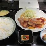 叶八 - そうこうしてると注文した生姜焼き定食680円が運ばれて来たんで急いで食事です。
