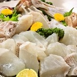 珊瑚礁 - <クエ鍋>活クエの〆から解体、調理までの行程を全て当店で責任を持って行っております。食べ頃のピークに召し上がるクエの味覚を存分にお楽しみ下さい。