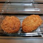 横須賀コロッケ - 料理写真:コンビーフコロッケ(左)肉じゃがコロッケ(右)