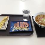 かめ家 - 料理写真:かけうどん(中)200円、ちくわ天70円、ハムステーキ130円