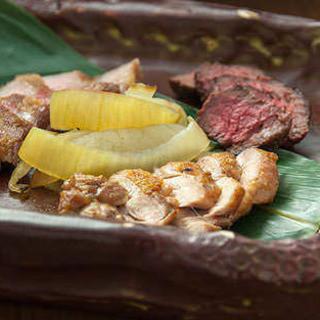 日本各地からマタギが厳選したジビエ肉を炭火で食します。
