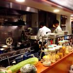 トラットリア グランドゥーカ - オープンキッチンな感じ