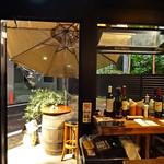 Baru Comodo - 店内から見た樽ハイ・テーブル