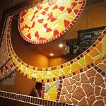 Baru Comodo - 壁面の装飾はガウディー風