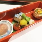 はり清 - (八寸)イチジクワイン煮、鯖寿司、鱧胡瓜、柿に見立てた玉子黄身の味噌漬け、鮎の子持ち甘露煮、絹かつぎ、栗、枝豆。