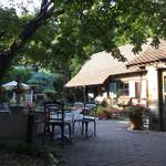 31249253 - 中庭は表通りの喧騒と違い森の中のリゾート地のよう。