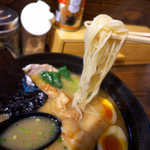 麺屋 よか○ - 白くてやや細めの麺。普通でお願いすると、一般的なラーメンの硬さで出てくる
