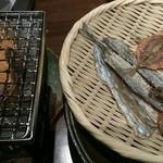 新宿 かなえ - 瀬戸内の子魚一夜干し炙り彩々(1,350 円)