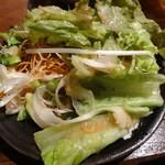 くすお - 揚げ麺のシーザーサラダを取り分けて
