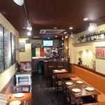 オステリア チ ヴェディアーモ - イタリアっぽい店内。