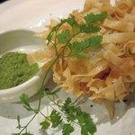 健康美食 博多もつ鍋と炭火ホルモン焼 黄金屋 - しその葉でまいたホタテのサクサク揚げ
