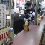 Nishiguchiudon - カウンターの後ろはすぐ通路