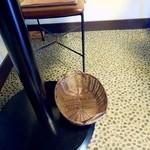 地鶏・豆腐料理 くろまめや - テーブル下のバスケット。
